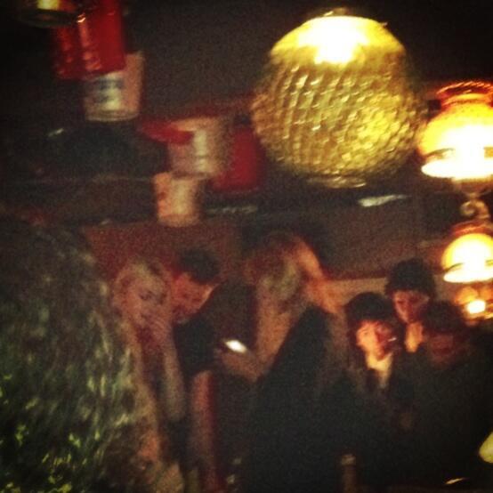 Nova foto de Robert jantando com amigos após o Met Gala