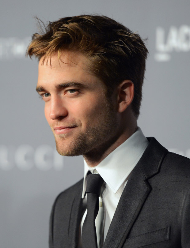 Robert Pattinson festeja com autora de Cinquenta Tons de Cinza