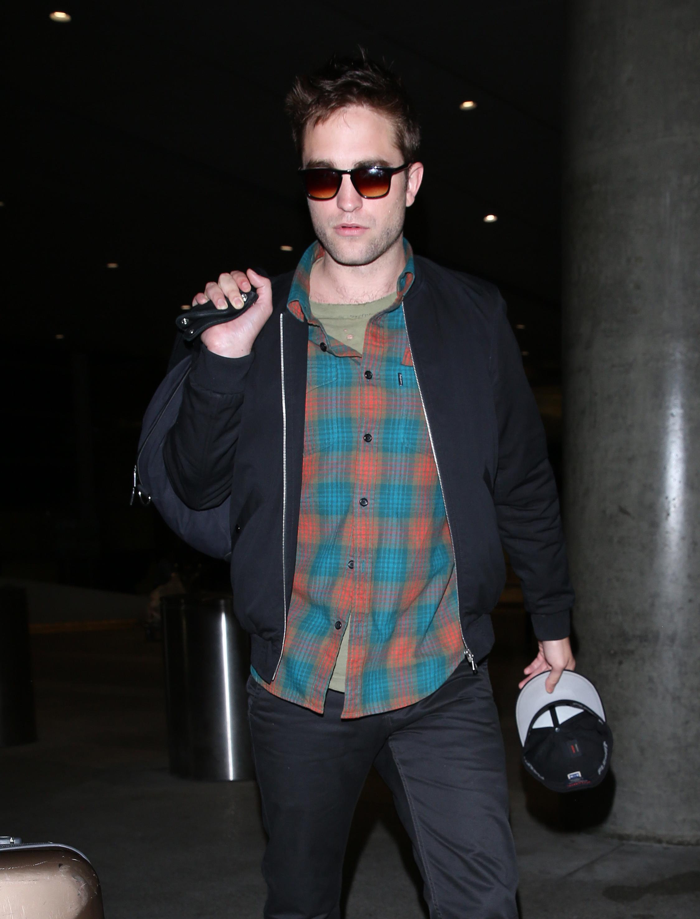 Fotos de Robert Pattinson chegando em Los Angeles