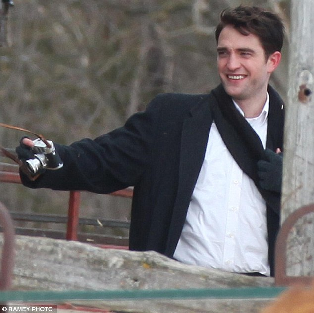 "Centenas de fotos de Robert Pattinson gravando o filme ""Life"""