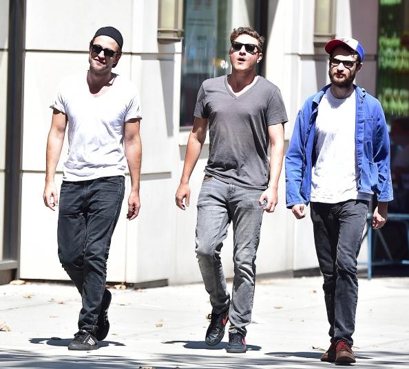 Robert Pattinson com Tom Sturridge e Sam Bradley em Nova York ontem