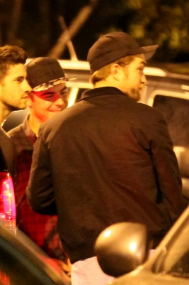Robert Pattinson se diverte com Zac Efron e amigos