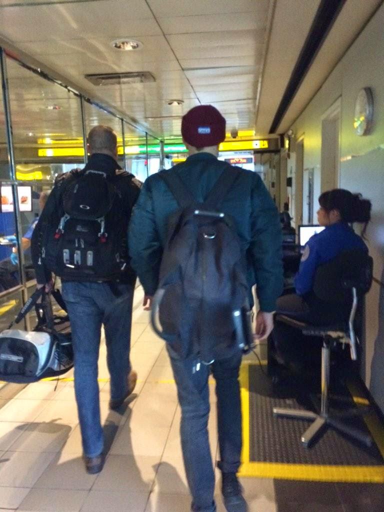 Fotos de Robert no aeroporto de Toronto e chegando em Nova York (04/11)