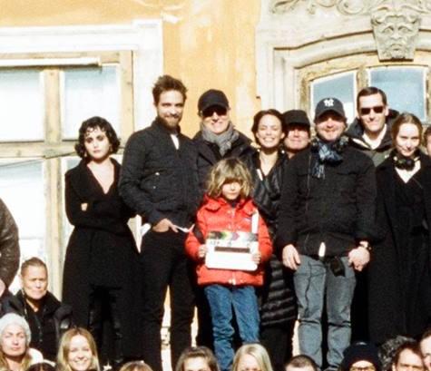 Foto do elenco e produção de The Childhood Of A Leader nos bastidores de gravação!