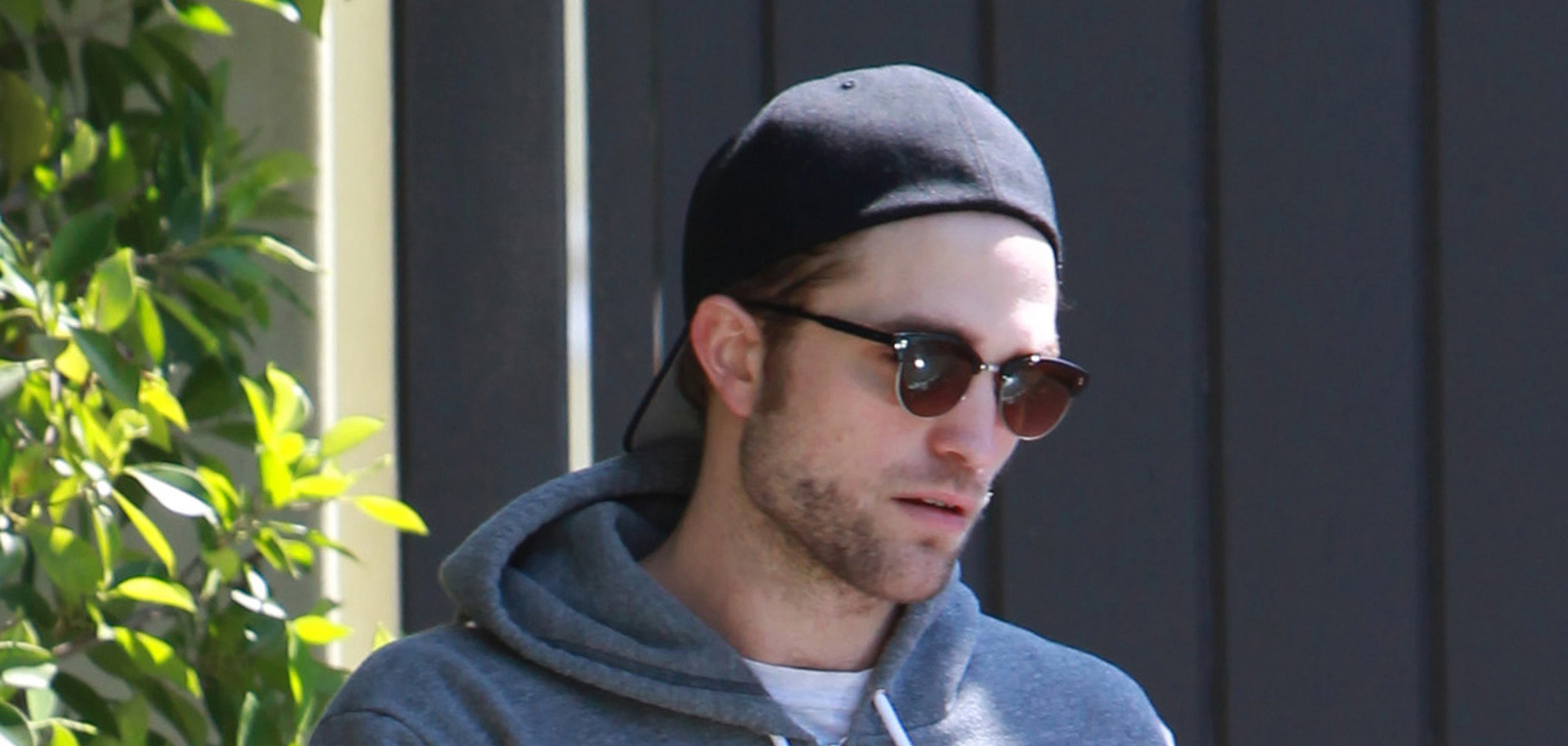 Robert Pattinson deixando academia em Los Angeles dia 06/04