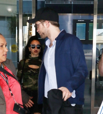 Robert Pattinson e FKA Twigs no aeroporto JFK em Nova York