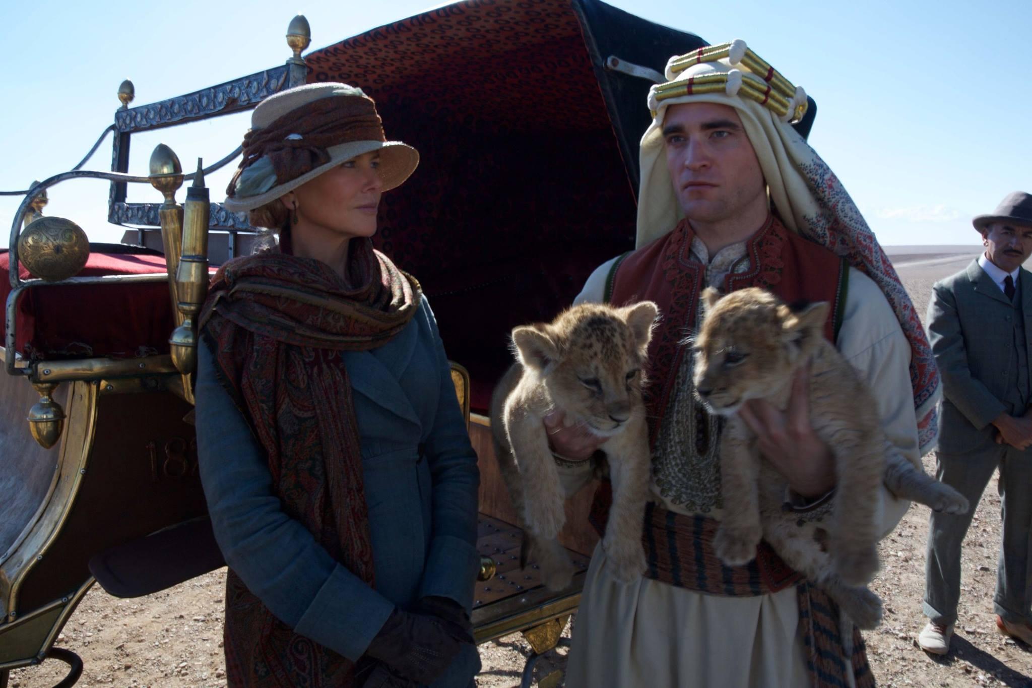 "Imagens oficiais de Robert Pattinson em ""Queen of the Desert"""