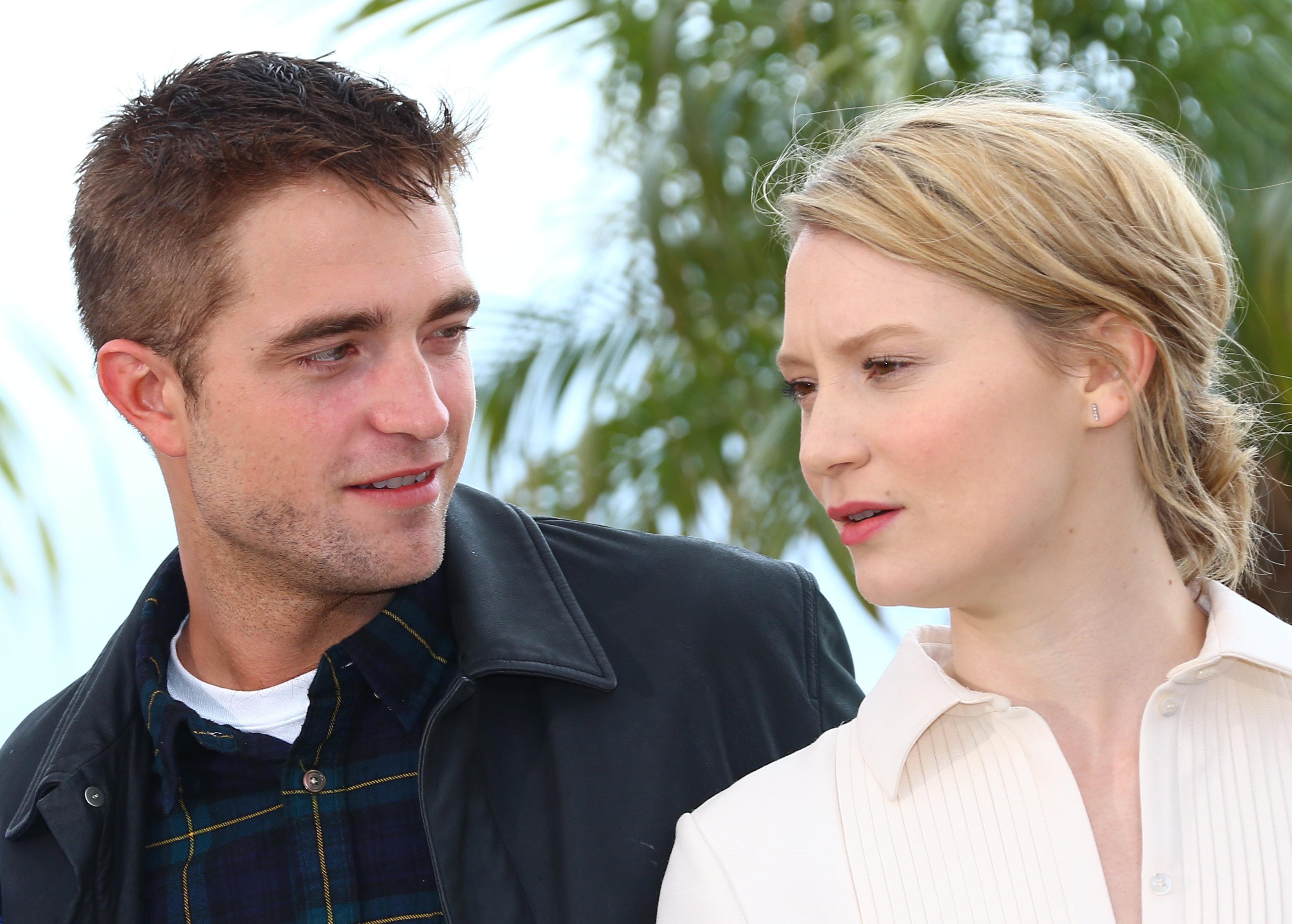 Robert Pattinson e Mia Wasikowska não estão mais no elenco de Brimstone!