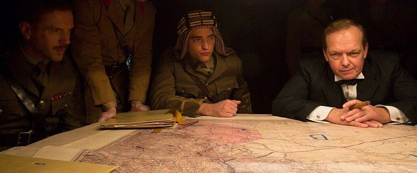 Novo still de Queen Of The Desert com Robert Pattinson
