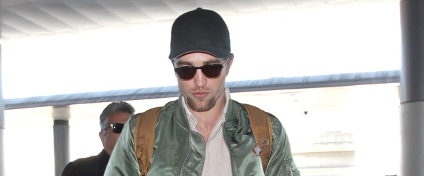 FOTOS: Robert embarcando no LAX e desembarcando em Londres (03 e 04/10)