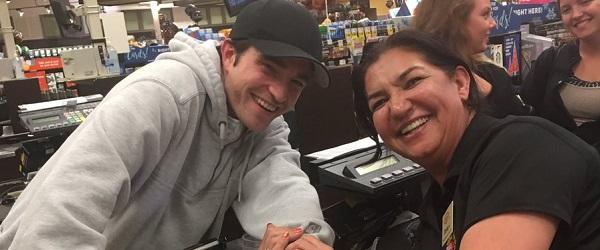 FOTOS: Robert no supermercado em Los Angeles com fã (07/11)