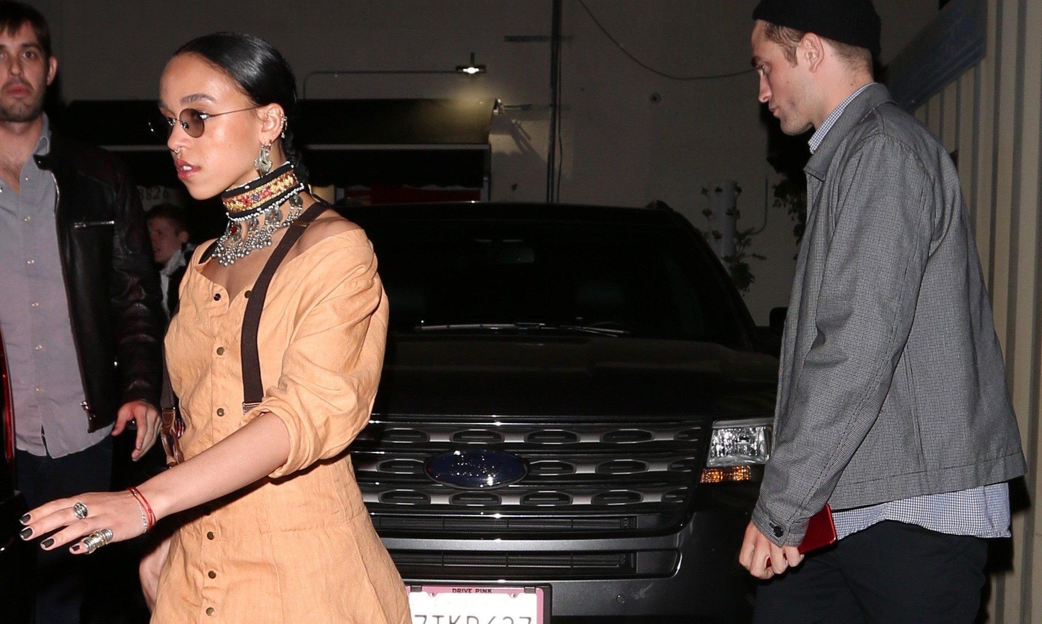 FOTOS: Robert e FKA Twigs saindo de um restaurante em Hollywood