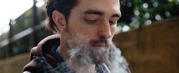 Robert Pattinson diz que é muito alto para interpretar Charles Manson para o ET Canada