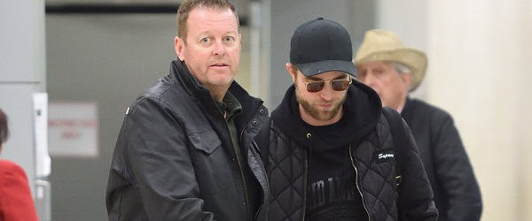 New York City, baby! Confira fotos do ator Robert Pattinson desembarcando em Nova York