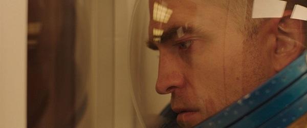 Primeiros Stills: Robert Pattinson vestido de astronauta em High Life