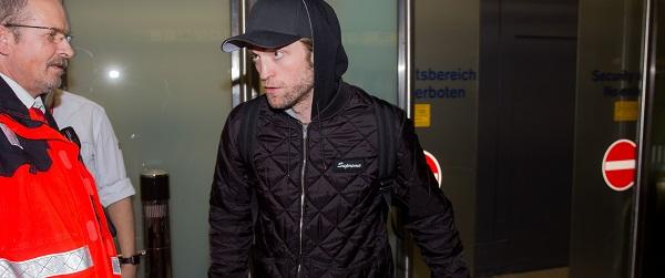 FOTOS: Robert Pattinson chegando em Berlim (15/02)