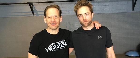 FOTO: Robert Pattinson posa ao lado de treinador em uma academia em Beverly Hills
