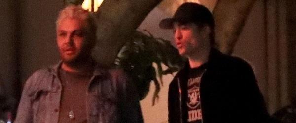 FOTOS: Robert Pattinson saindo do Chateau Marmont com amigos em Los Angeles (02/06)