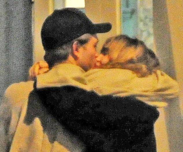 Robert é visto aos beijos com a atriz Suki Waterhouse em Londres!