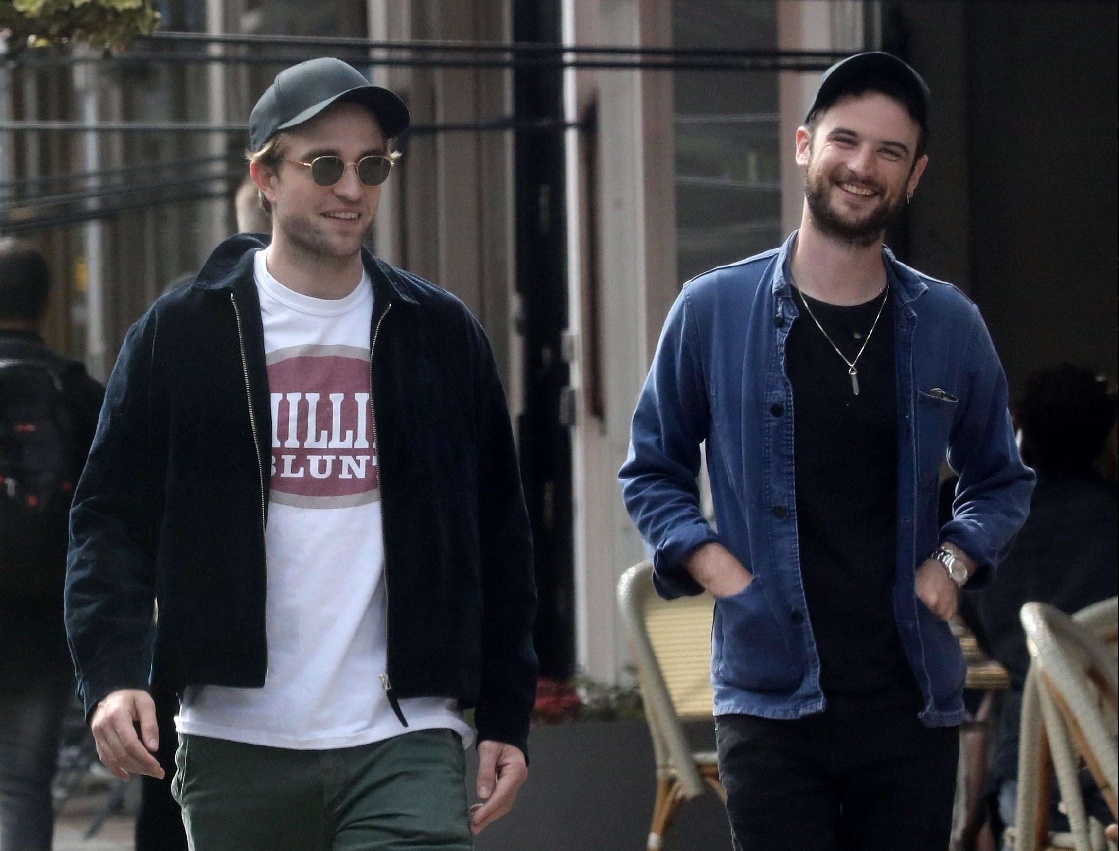 Robert e Tom Sturridge caminhando em Londres
