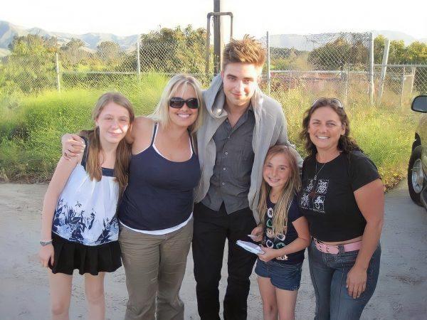 Nova foto de Robert com fãs nos bastidores de WFE