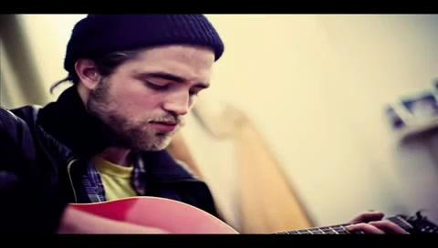 Robert Pattinson cantando ao vivo It's All On You (Legendado)