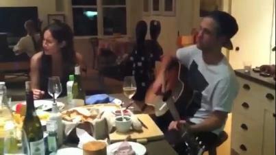 Novo vídeo de Robert tocando com a cantora Andrea Meli