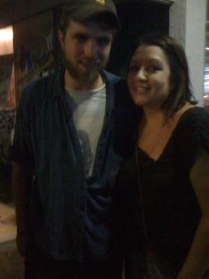 Duas novas/antigas fotos de Rob com fãs em um bar no Texas
