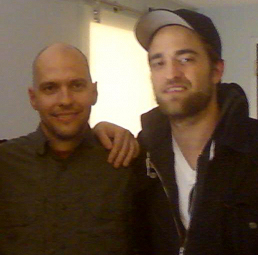 Foto: Robert Pattinson ao lado de Eric Maddox, autor do livro Mission: Blacklist