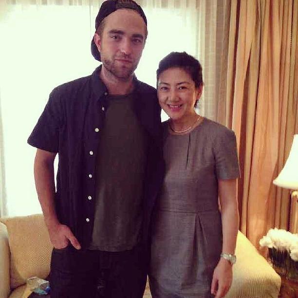 Nova foto de Robert com fã durante a conferência de imprensa