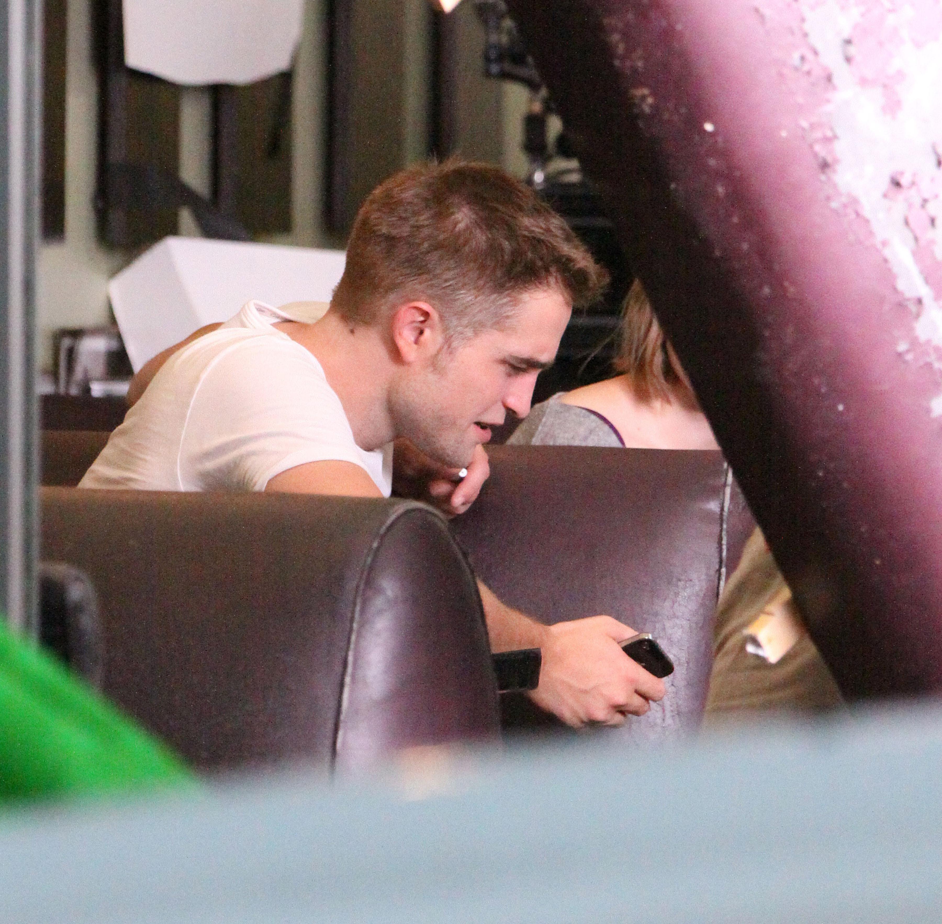 Primeiras imagens de Robert Pattinson no set de seu novo filme, 'Maps to the Stars'