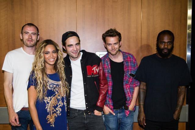 Nova foto de Robert e seus amigos nos bastidores do show da Beyoncé