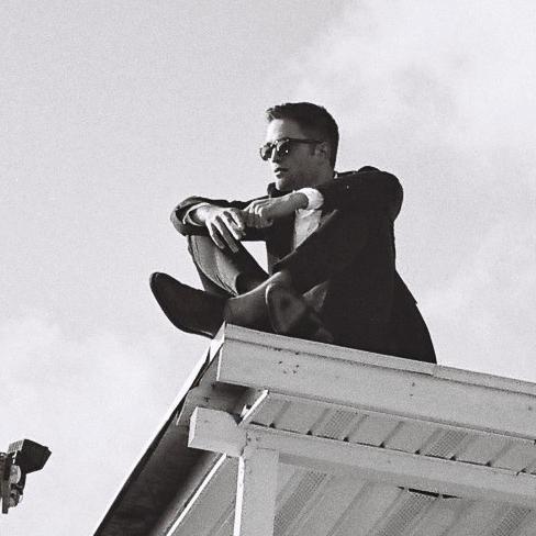 """Dior divulga nova imagem de Robert Pattinson: """"Viva livre, firme e forte"""""""