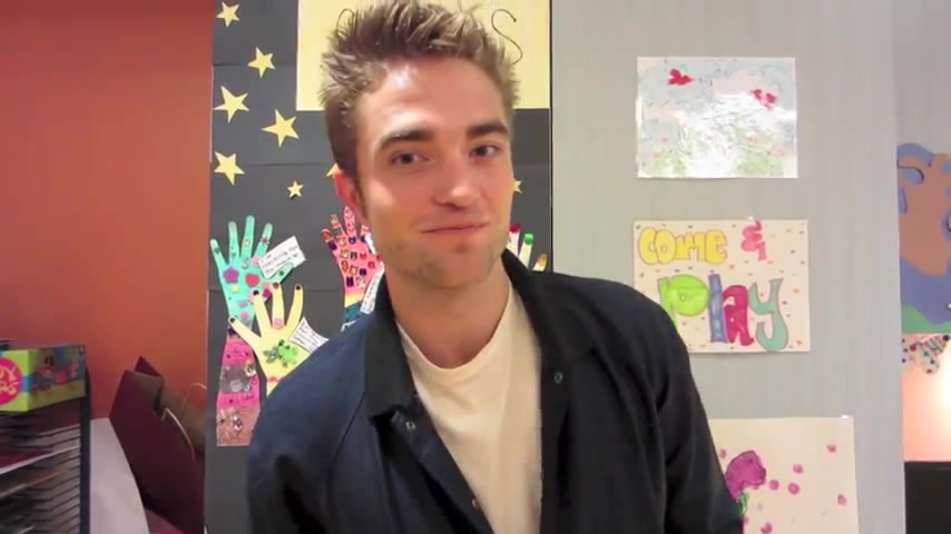 Robert Pattinson em visita ao Children's Hospital Los Angeles; assista ao vídeo legendado, fotos e mais