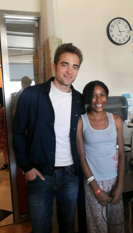 Robert Pattinson visita hospital em Los Angeles e emociona fãs