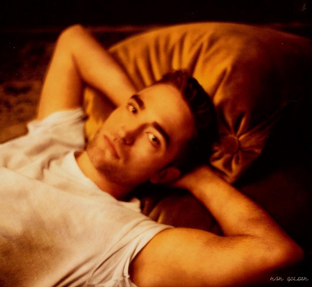 Álbum de Nan Goldin, '1000 Lives', traz novas imagens de Robert Pattinson para Dior