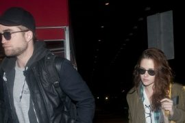 NEW YORK, NY - NOVEMBER 26: (ITALY OUT, NY DAILY NEWS OUT, NY NEWSDAY OUT)  Robert Pattinson and Kristen Stewart arrive at JFK airport on November 26, 2012 in New York City.  (Photo by Arnaldo Magnani/Getty Images)