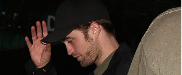 FOTOS: Robert saindo de um restaurante em Los Angeles com seus amigos (13/07)